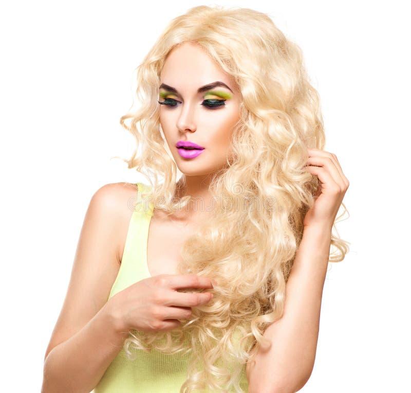 Blondine mit dem langen gelockten Haar lizenzfreie stockbilder