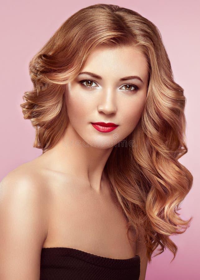 Blondine mit dem langen glänzenden gewellten Haar lizenzfreie stockfotos