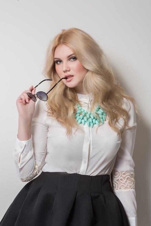 Blondine mit dem langen Haar in der Halskette sonnenbrille stockfoto