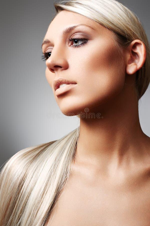 Blondine mit dem langen Haar und mit natürlicher Verfassung stockbild