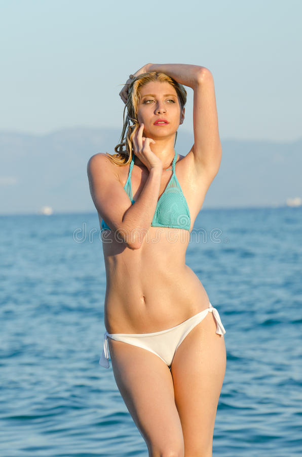 Blondine mit erstaunlichem dünnem Körper stockbilder