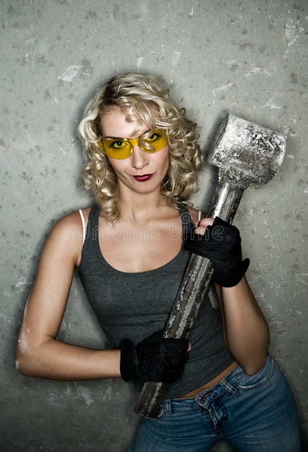 Blondine mit großem Metallhammer lizenzfreies stockbild