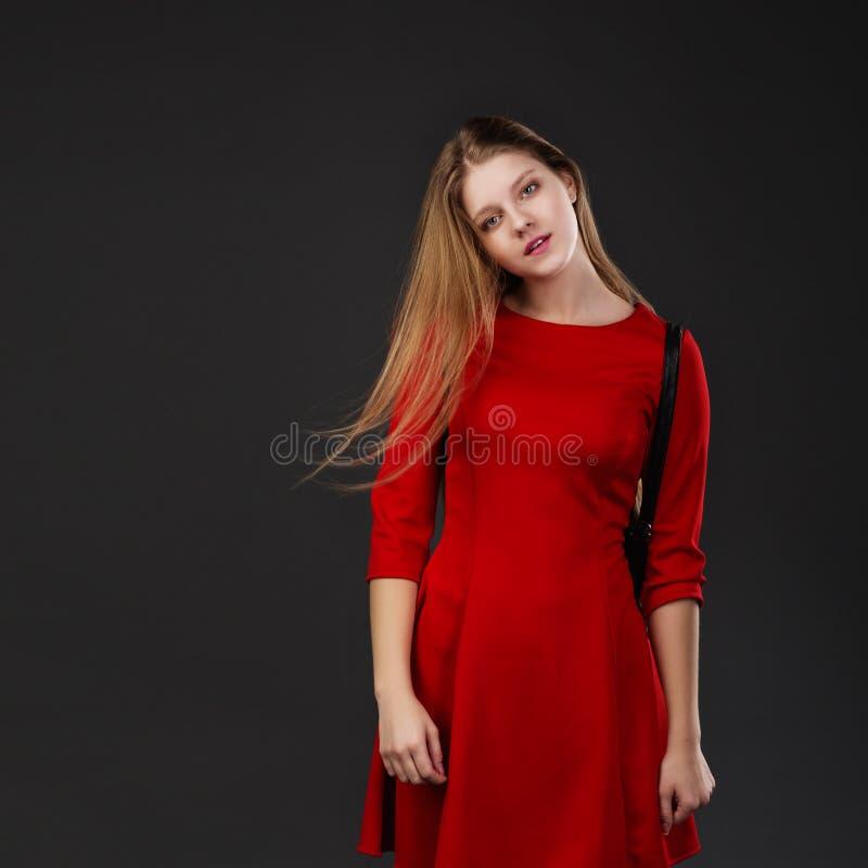 Blondine mit ihrem langen Haar, das Kamera betrachtend durchbrennt stockfotos