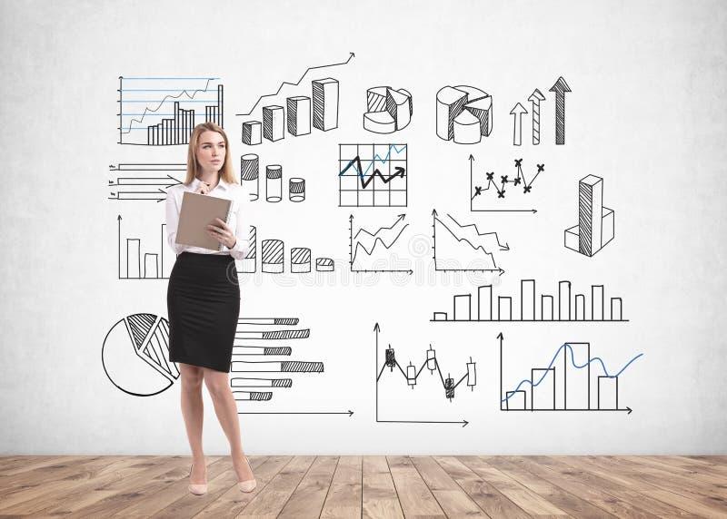 Blondine mit Notizbuch, Geschäft infographics lizenzfreie stockfotografie