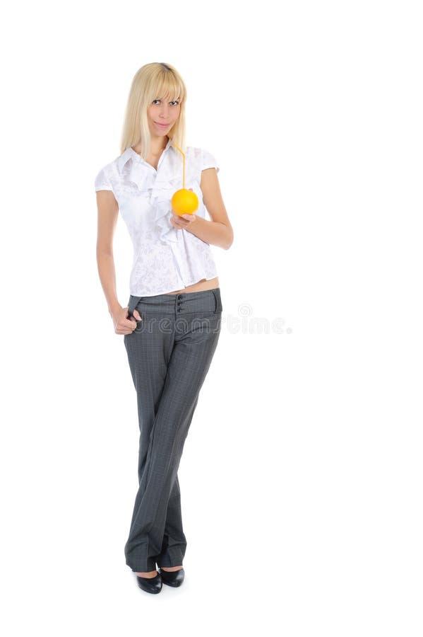 Blondine mit Orangensaftgetränk lizenzfreies stockbild