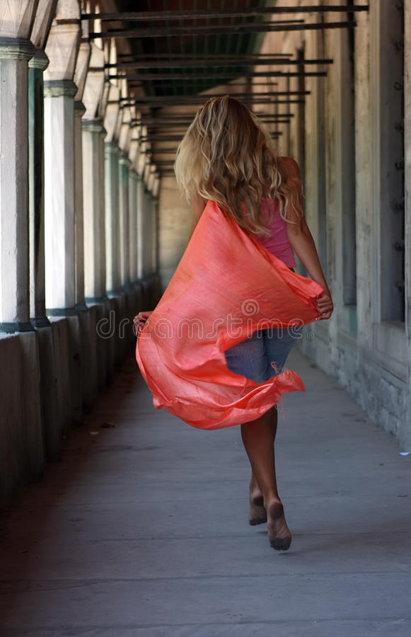 Blondine mit rotem Schal stockfoto
