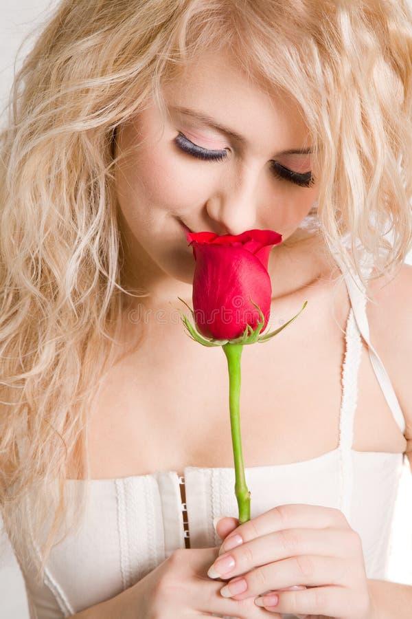 Blondine mit schönem Rot stieg stockfoto