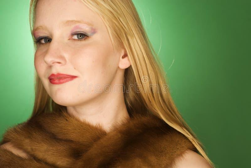 Blondine-Mode-Modell mit Pelz lizenzfreie stockfotografie
