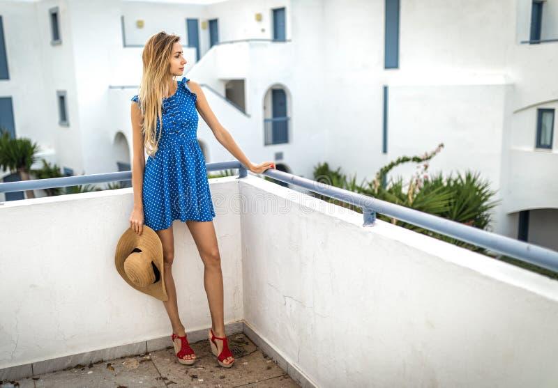 Blondine oder Mädchen im Kleid mit Strohhut Weißer schöner Standort, im Sommer im Freien oder äußer stockbild