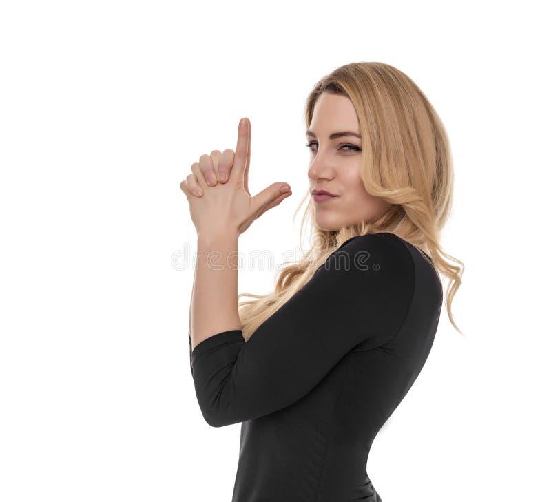 Blondinen rymmer en improviserad pistol i henne händer arkivfoton