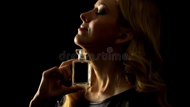 Blondinnen mit Luxusparfüm, sexy Duft, Pheromoneneffekt lizenzfreie stockbilder