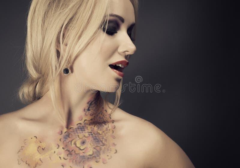 blondy妇女时髦的纵向  免版税库存照片