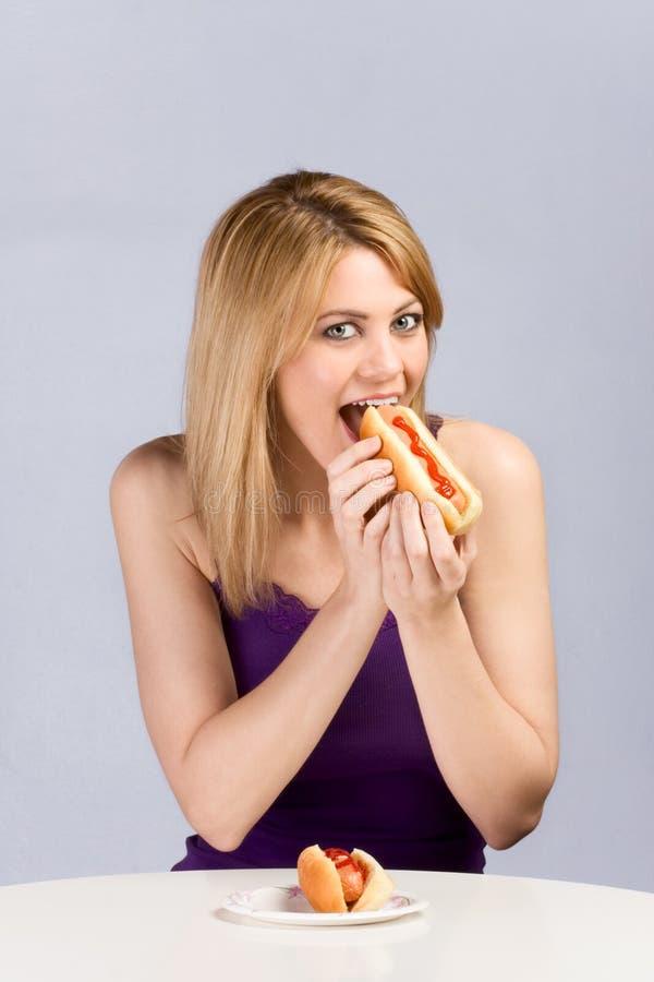 blondynów psiego łasowania gorący ketchupu kobiety potomstwa zdjęcie stock