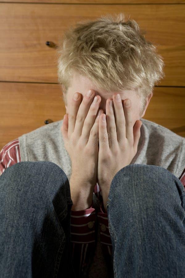 blondynów zamkniętej oczu ręki beznadziejni mężczyzna potomstwa obrazy stock