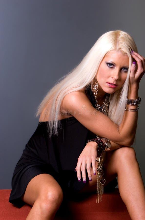 blondyn kobieta smokingowa seksowna zdjęcie royalty free