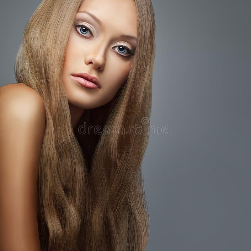 Blondyn. Piękna kobieta z długie włosy zdjęcia stock
