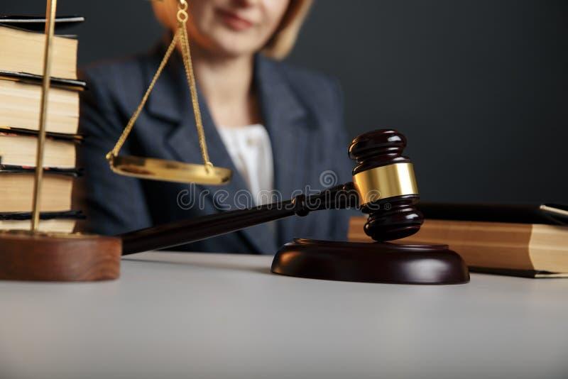 Blondynka żeński adwokat przy miejsce pracy w pracownianej czytelniczej książce fotografia royalty free