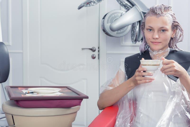 Blondynka żeński barwiarski włosy w fryzjerstwo salonie fotografia royalty free