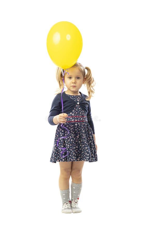 Blondynka dziewczynka trzymająca żółty balon obrazy stock