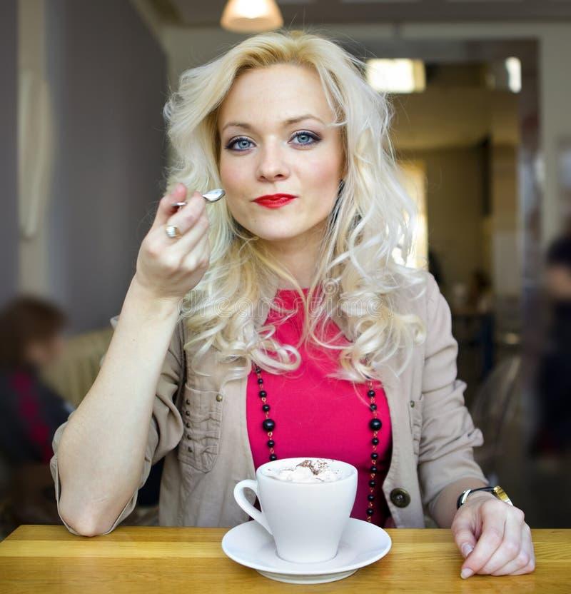 Blondynka i biały filiżanka kawy zdjęcie royalty free