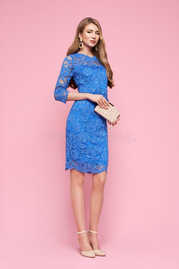 Blondynka młoda kobieta w eleganckiej niebieskiej sukience zdjęcia stock