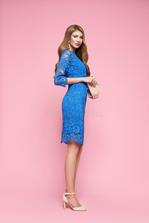 Blondynka młoda kobieta w eleganckiej niebieskiej sukience fotografia stock