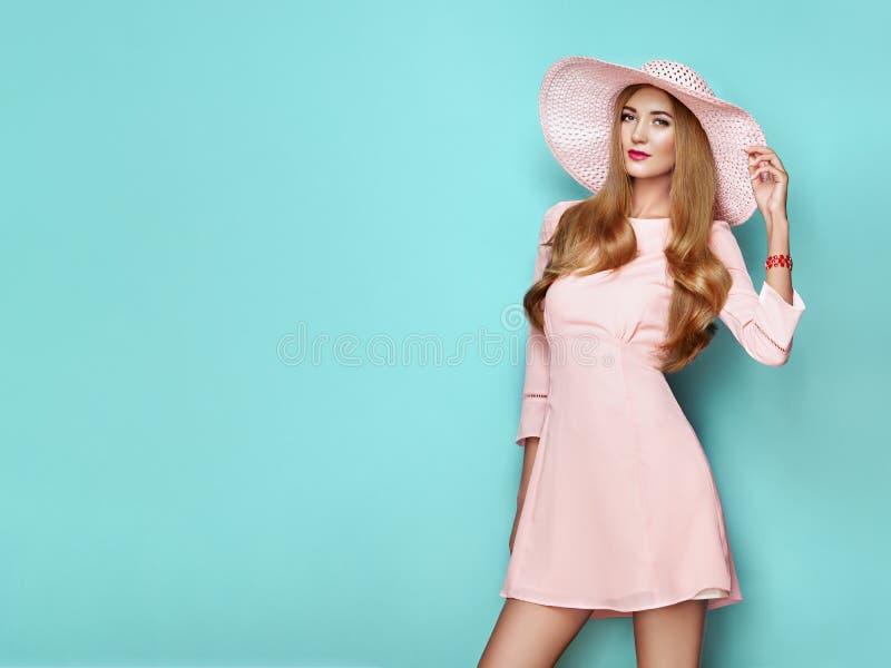 Blondynka młoda kobieta w kwiatowej wiosennej sukience letniej zdjęcia stock