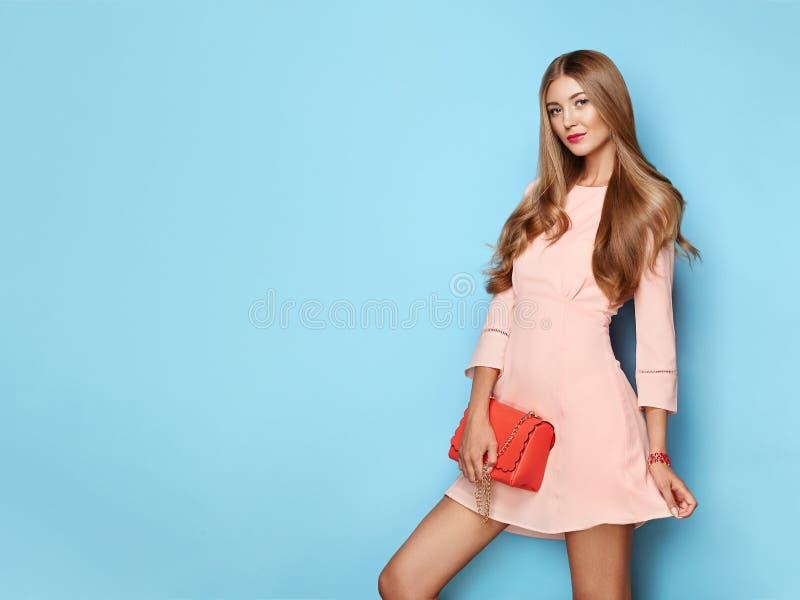 Blondynka młoda kobieta w kwiatowej wiosennej sukience letniej obraz royalty free
