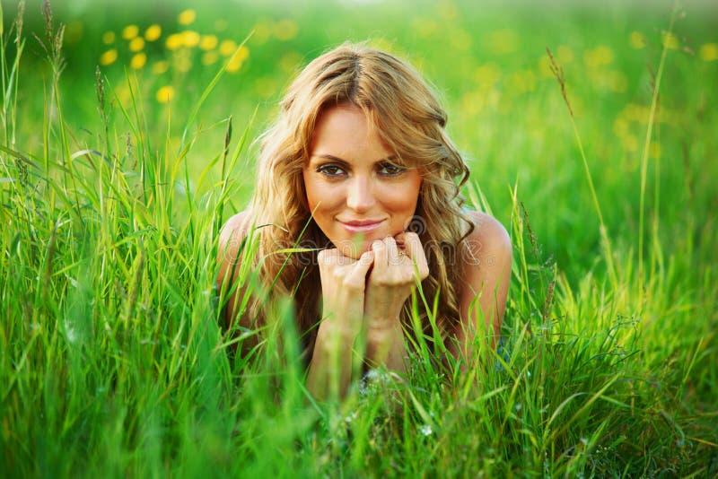 Blondynka na trawie obraz stock