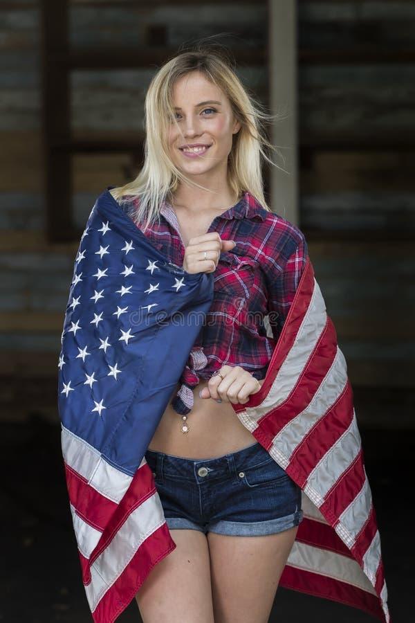 Blondynka Patriotyczny model Pozuje Outdoors obrazy stock