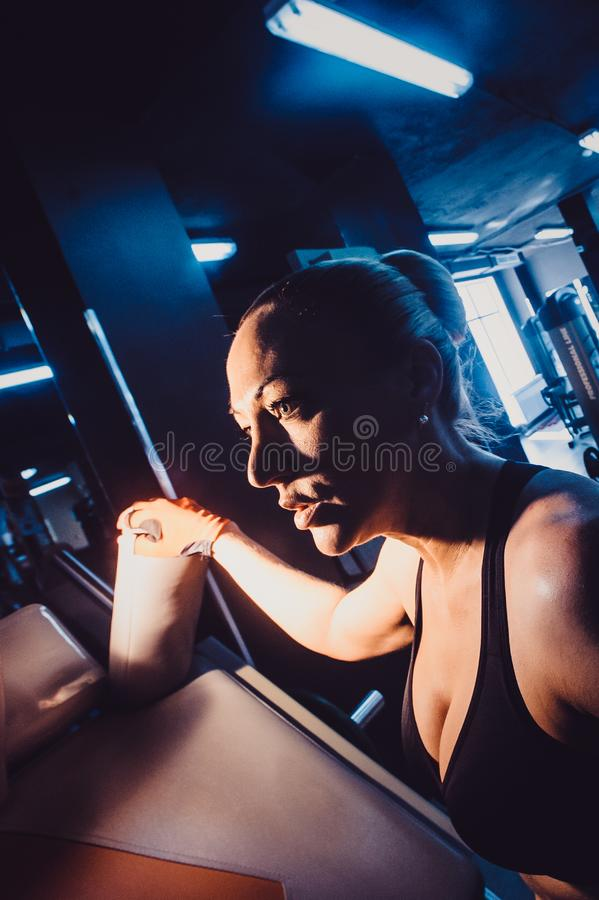 Blondynka trener w gym daje instrukcjom zdjęcie stock