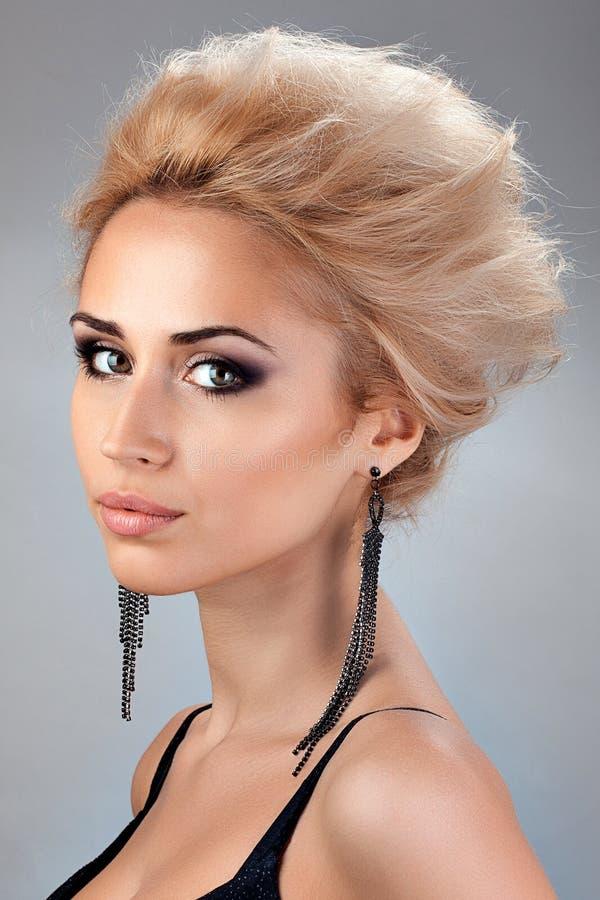 Portret piękna blondynka z z Krótkim włosy zdjęcia royalty free