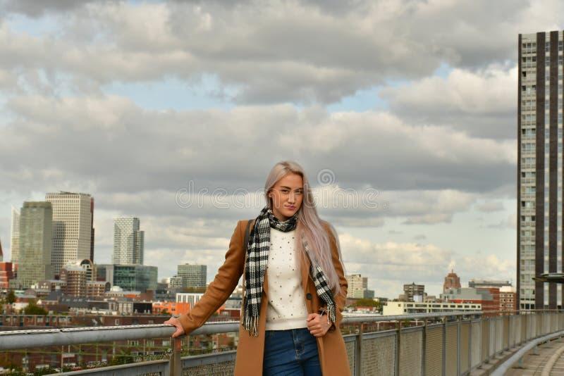 Blondynka w żakiecie na drapacza chmur dachu obraz stock