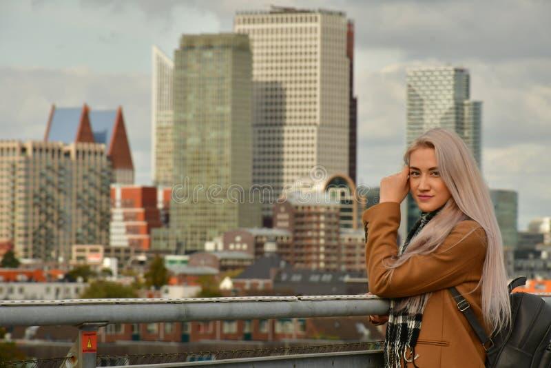 Blondynka w żakiecie na drapacza chmur dachu zdjęcia royalty free
