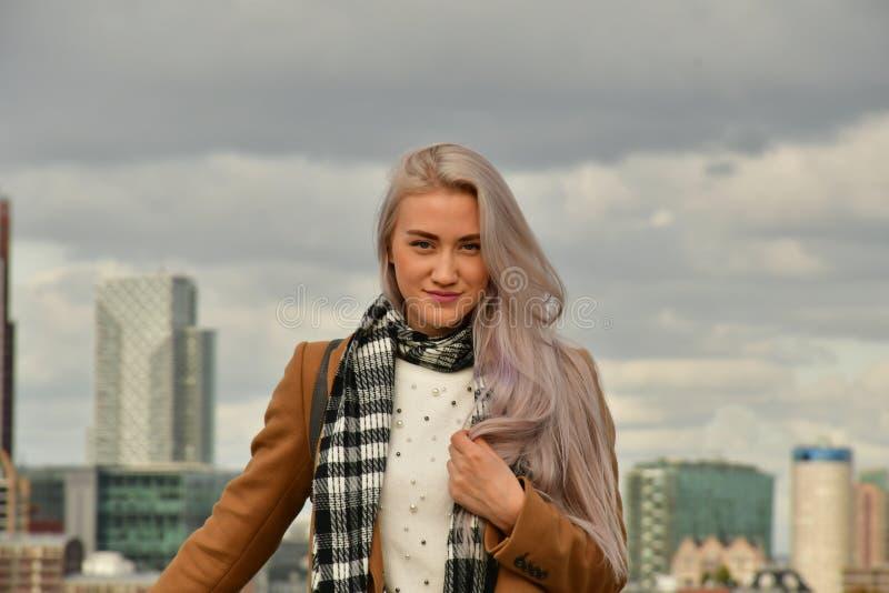 Blondynka w żakiecie na drapacza chmur dachu zdjęcie royalty free