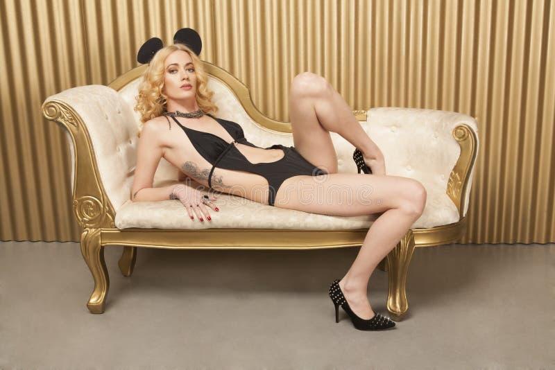 Blondynka w luksusowym domu zdjęcie stock