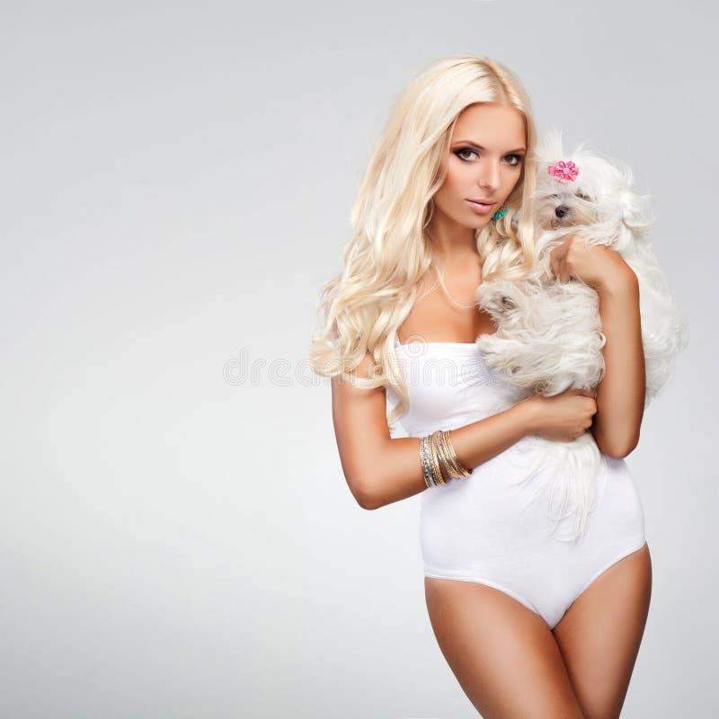 Blondynka z psem obrazy royalty free