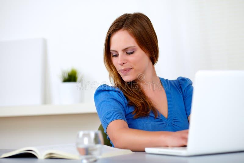 blondynki ładny uśmiechnięty studencki kobiety writing obraz stock