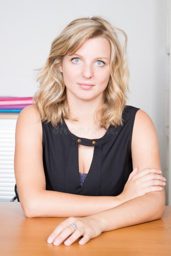 Blondynki atrakcyjna biznesowa kobieta przy biurem zdjęcia stock