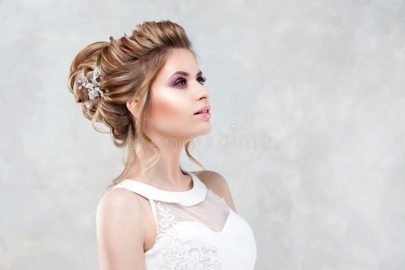 blondynki biała kobieta smokingowego mody modela stylu parasolowa ślubna biała kobieta Piękna młoda panna młoda z luksusową ślubn fotografia stock