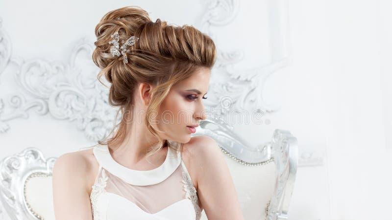blondynki biała kobieta smokingowego mody modela stylu parasolowa ślubna biała kobieta Piękna młoda panna młoda z luksusową ślubn obrazy royalty free