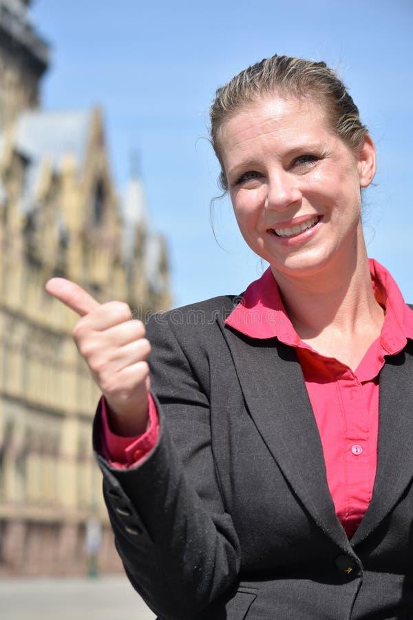Blondynki Biznesowa kobieta Jest ubranym kostium Z aprobatami zdjęcie stock