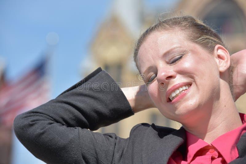 Blondynki Biznesowej kobiety Relaksujący Jest ubranym kostium zdjęcie stock