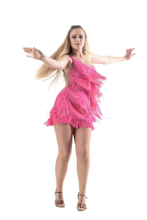 Blondynki caucasian kobiety dancingowy latynos tanczy ruch z rozciągniętymi rękami zdjęcia royalty free