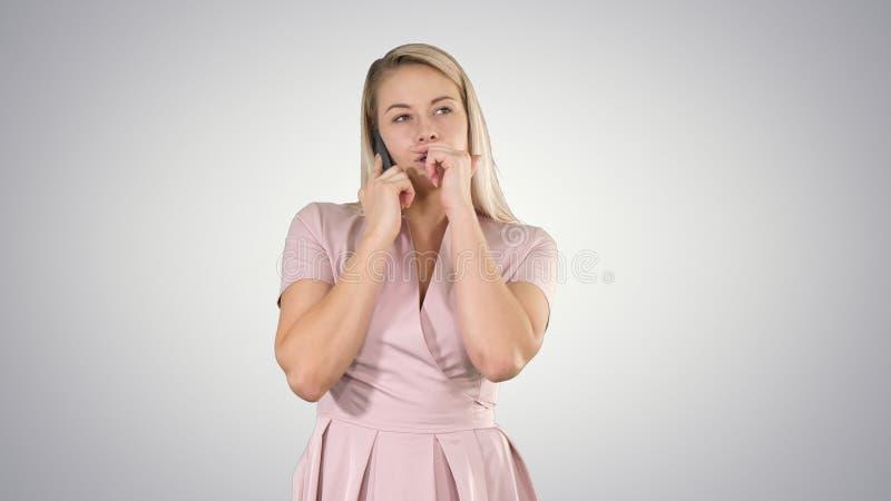 Blondynki dama w menchiach robi wzywaj?cego gradientu t?u fotografia royalty free