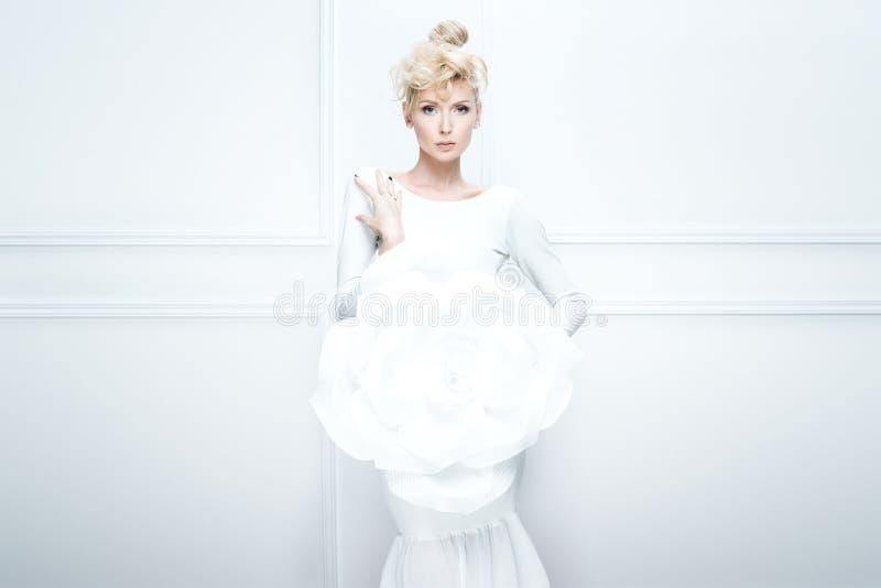 Blondynki dama z dużym białym kwiatem zdjęcia royalty free