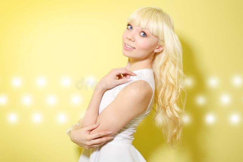 Download Blondynki dziewczyna zdjęcie stock. Obraz złożonej z piękno - 28950564