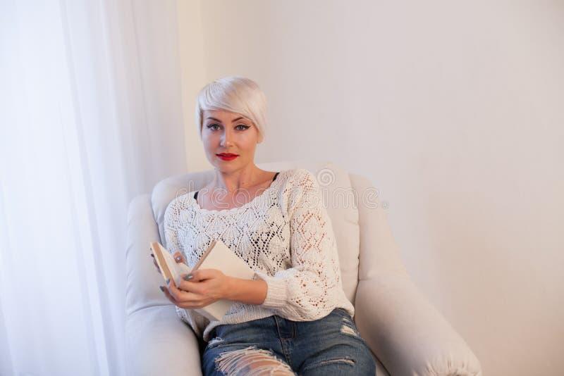 Blondynki dziewczyna czyta książkę przygotowywa zdjęcia royalty free