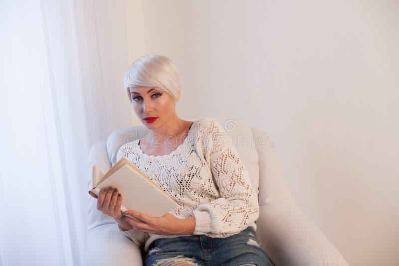 Blondynki dziewczyna czyta książkowego wiedzy szkolenie zdjęcie stock