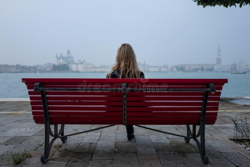 Blondynki dziewczyna na ławce w Wenecja zdjęcie royalty free